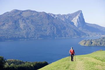 Frau macht Nordic Walking, Österreich, Alpen