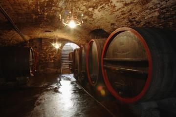 Weinfässer in Keller