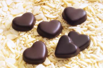 Schokoladen-Herzen auf Mandelsplitter