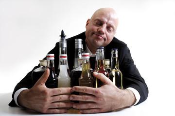 Mann umarmt alkoholische Getränke