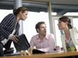 Geschäftsfrau und Mitarbeiter im Büro, diskutieren