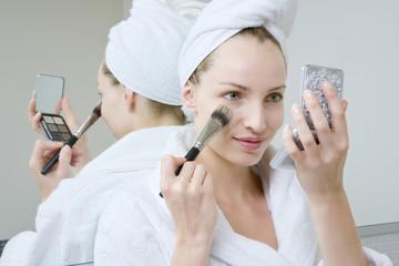 Junge Frau mit Make-up Pinsel, Portrait