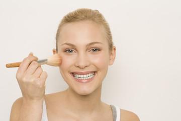 Junge Frau, mit Makeup-Pinsel