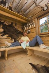 Ältere Paare im Jagdhütte