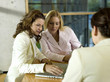 Geschäftsfrauen sitzt am Schreibtisch mit Laptop