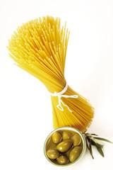 Spaghetti und grünen Oliven