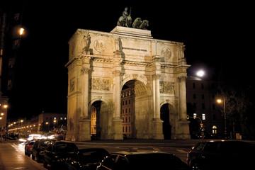 Siegestor in München bei Nacht, Bayern, Deutschland
