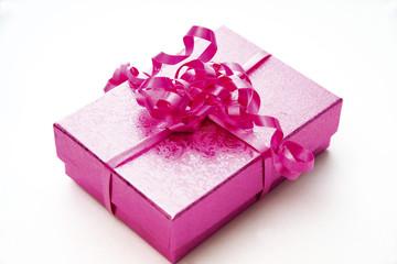 Geschenk verpackt mit rosa Papier