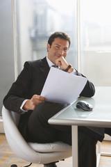 Geschäftsmann liest in Papieren, Portrait