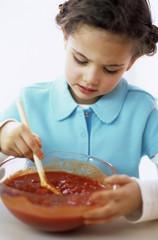 Mädchen rühren Tomatensauce, Nahaufnahme