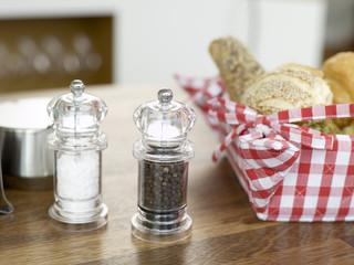 Salz und Pfeffer mit Brot Korb auf dem Tisch
