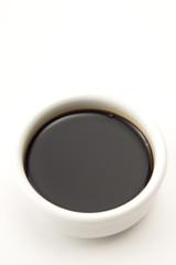 Soja-Sauce in eine Schüssel, erhöhte Ansicht