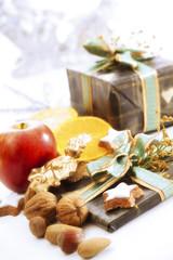 Weihnachtsgeschenke und Süßigkeiten