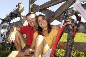 Paar macht Pause bei Radtour