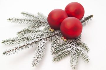 Weihnachtskugel mit Kiefer Blätter, Nahaufnahme