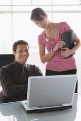 Teamwork, Mann und Frau arbeiten am Laptop
