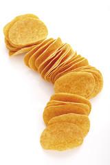 Kartoffelchips in einer Reihe, erhöhte Ansicht