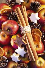 Äpfel, Weihnachtsplätzchen und Zimtstangen