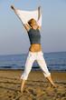 Junge Frau beim Stretching am Strand