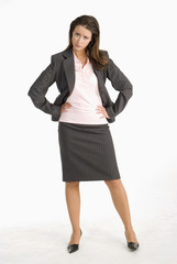 Geschäftsfrau stützt Kinn ab