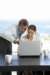 Mann und Frau arbeiten am Laptop