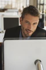 Geschäftsmann im Büro mit Laptop, Portrait