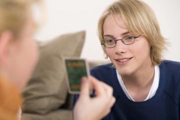 Schwester zeigt Bruder Spielkarte