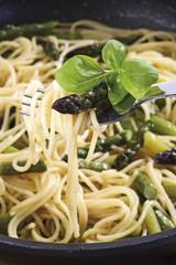 Spaghetti mit grünem Spargel und Basilikum