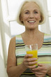 Seniorin mit Glas Saft, lächelnd, Nahaufnahme, Portrait