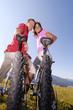 Junges Paar auf dem Fahrrad, lächelnd, Portrait
