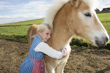 Mädchen umarmt Pony, Nahaufnahme