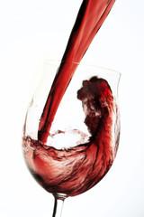 Rotwein Gießen in Glas winw