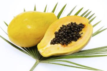 Papayas auf Palmblättern