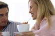 Paar trinkt Kaffee und Tee, Nahaufnahme, lächelnd