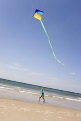 Deutschland, Ostsee, Junge, Drachensteigen am Strand