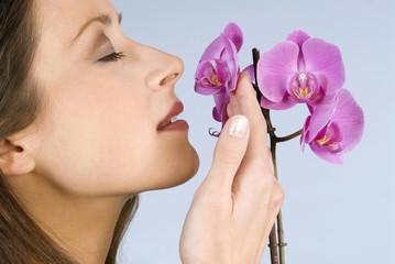 Junge Frau riecht an duftenden Blumen, Nahaufnahme