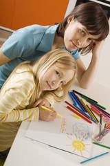 Mutter zeichnet mit ihrer Tochter