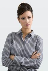 Geschäftsfrau stehend mit Armen gekreuzt, Portrait, Nahaufnahme