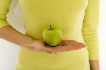 Frau mit grünem Apfel