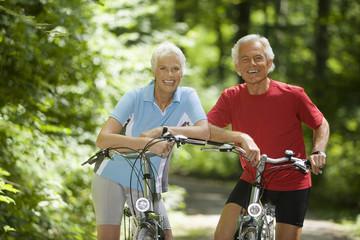 Älteres Paar mit Fahrrädern, Lächeln, Portrait