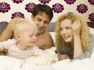 Eltern mit Baby im Schlafzimmer