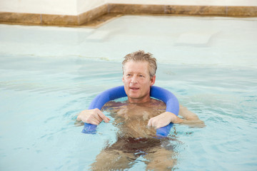 Mann im Schwimmbad, Porträt