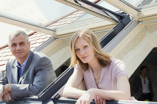 Paar schaut aus Fenster