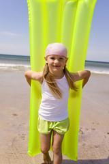 Deutschland, Ostsee, Mädchen mit Luftmatratze, Portrait