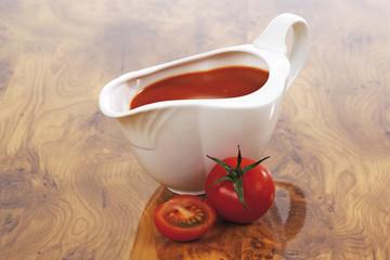 Soßenkännchen mit Tomatensauce, frische Tomaten