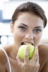Junge Frau mit Apfel