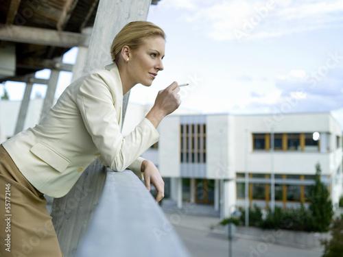 Geschäftsfrau, Rauchen auf dem Balkon