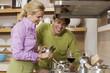 Paar bei Vorbereitung einer Mahlzeit in der Küche
