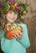 Mädchen trägt Blumenkranz, mit Kürbis, Portrait, Nahaufnahme