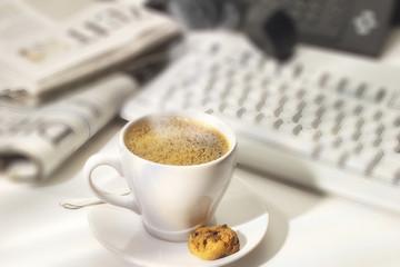 Esspresso Tasse und Cookies auf dem Schreibtisch